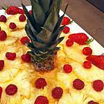 recette Carpaccio d'ananas et son sirop aromatisé à la cannelle accompagné de ses fraises et framboises.