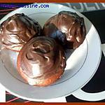Muffins au chocolat et leur glaçage au chocolat