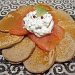 recette Blinis à la châtaigne, saumon fumé et sa mousse de cream cheese aux pommes et baies roses