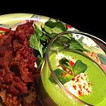 Velouté glacé de petits pois a la menthe et sa quenelle de chèvre frais & brushetta au pesto y bacon !