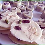 recette Mendiants au chocolat blanc, pistaches, raisins secs et amandes effilées.