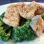 recette saumon mariné aux graines de sésame sur lit de brocolis