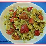 Farfalle, pesto, mozzarella et tomates-cerises.